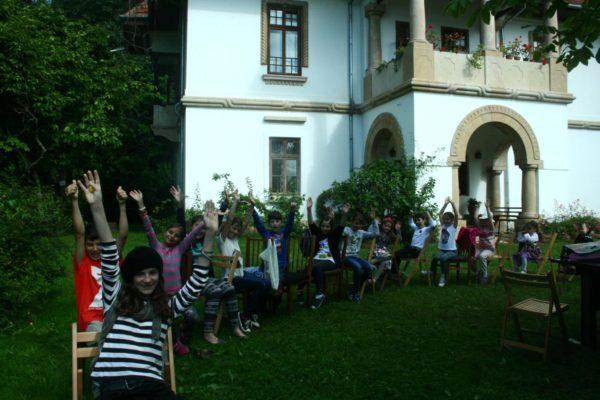 In fata casei Golescu